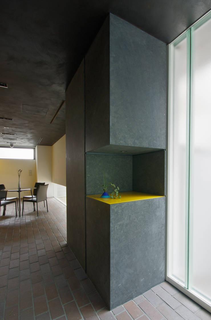 新大阪のオフィスビル/受付: 一級建築士事務所アールタイプが手掛けたオフィスビルです。