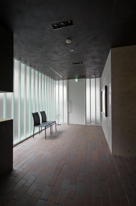 新大阪のオフィスビル/エントランス2: 一級建築士事務所アールタイプが手掛けたオフィスビルです。