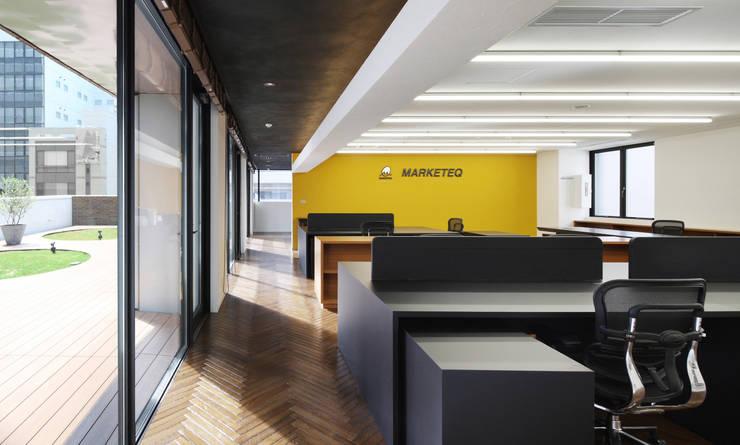 新大阪のオフィスビル/事務室1: 一級建築士事務所アールタイプが手掛けたオフィスビルです。