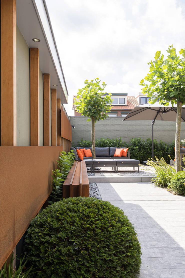 Moderne tuin:  Tuin door De Rooy Hoveniers