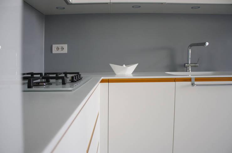 Piano in corian: Cucina in stile in stile Mediterraneo di Studio915