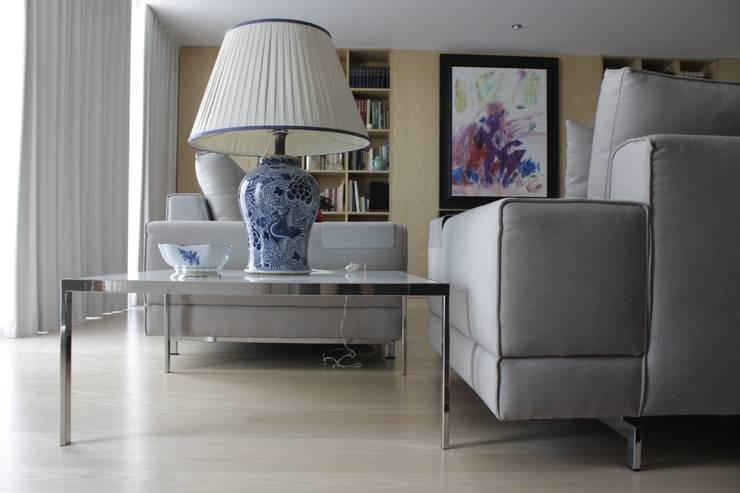 Mesa de apoio _ Design  Cantos da Casa : Sala de estar  por Cantos da Casa interiores&mobiliário
