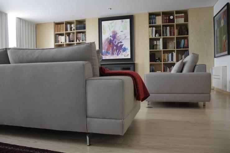Decoração Moradia_Porto: Sala de estar  por Cantos da Casa interiores&mobiliário
