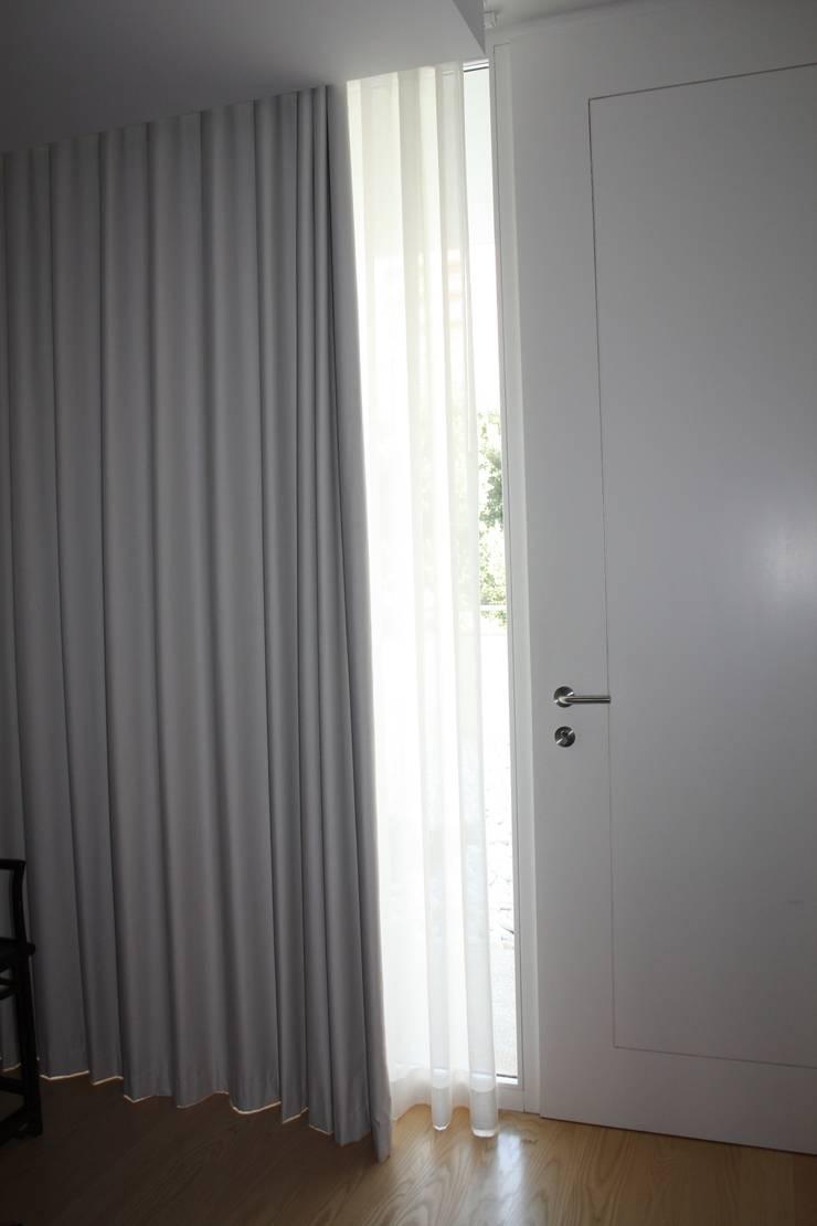 Cortinados : Corredor, hall e escadas  por Cantos da Casa interiores&mobiliário
