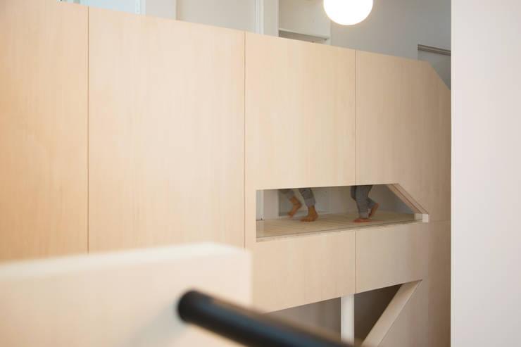 スベリ台のある家: 一級建築士事務所 Atelier Casaが手掛けた廊下 & 玄関です。