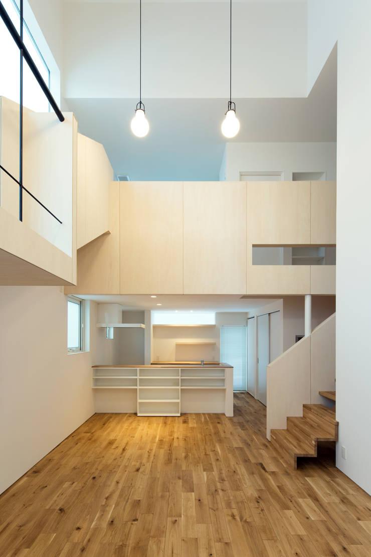 スベリ台のある家: 一級建築士事務所 Atelier Casaが手掛けたリビングです。,