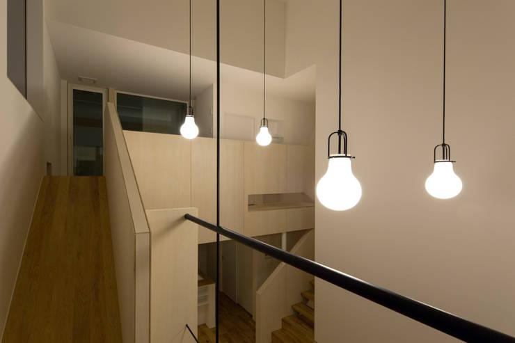 スベリ台のある家: 一級建築士事務所 Atelier Casaが手掛けた廊下 & 玄関です。,