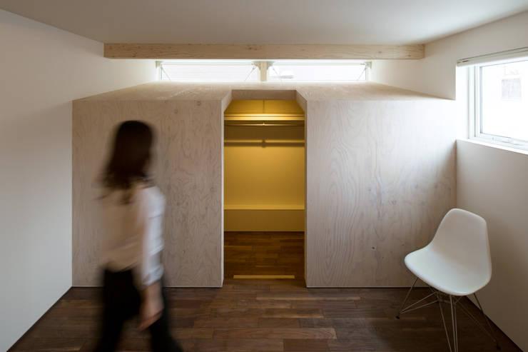 手稲山が望める家: 一級建築士事務所 Atelier Casaが手掛けた寝室です。