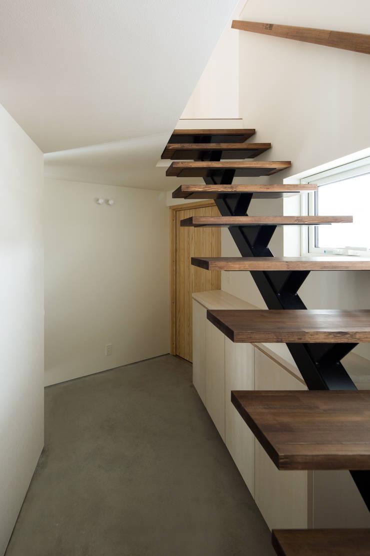 手稲山が望める家: 一級建築士事務所 Atelier Casaが手掛けた廊下 & 玄関です。,