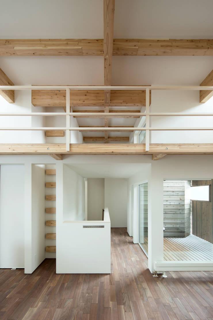 手稲山が望める家: 一級建築士事務所 Atelier Casaが手掛けたリビングです。,