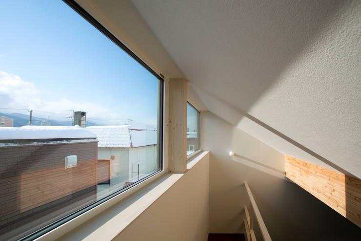 手稲山が望める家: 一級建築士事務所 Atelier Casaが手掛けた和室です。