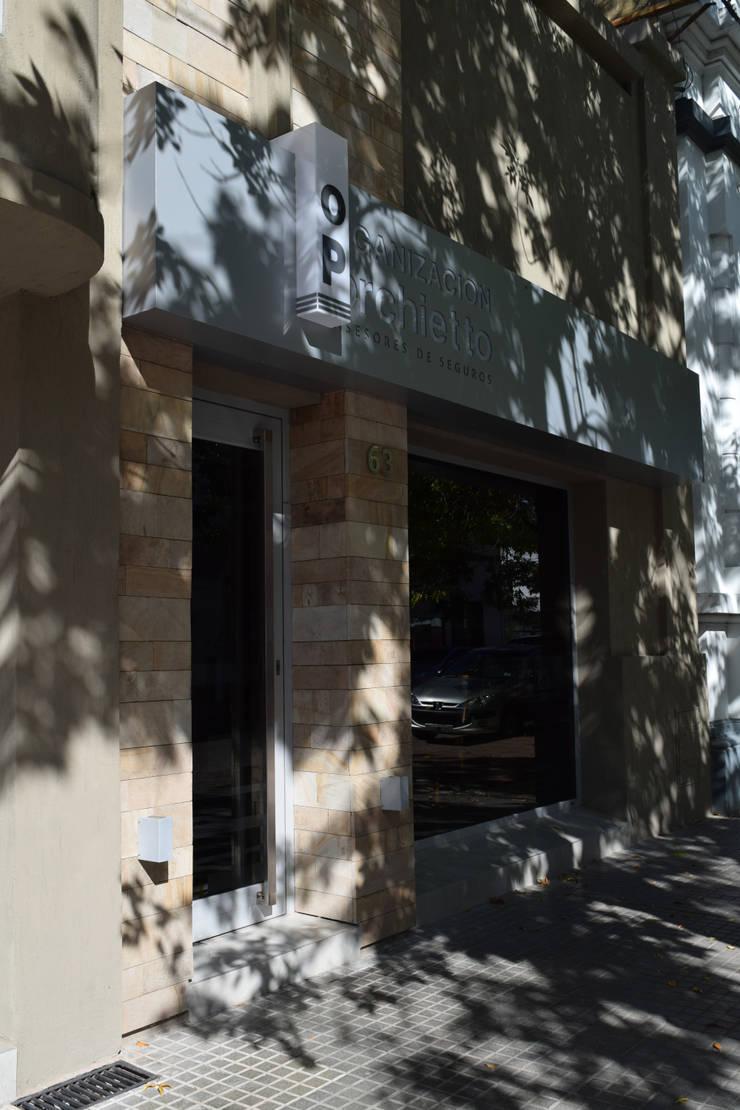 remodelación oficina organización Porchietto [asesores de seguros]: Oficinas y Tiendas de estilo  por otro estudio [oficina de arquitectos],