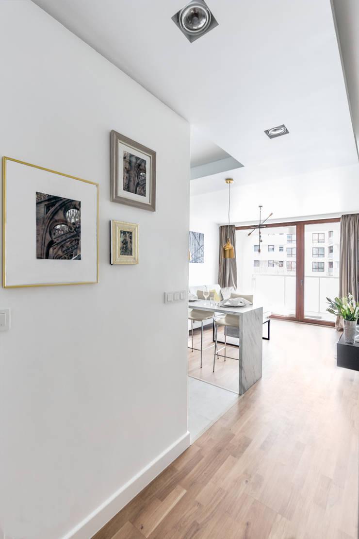 Fotografia wnętrz: mieszkanie pokazowe Intenso Wola;  Projekt: Decoorom: styl , w kategorii Korytarz, przedpokój zaprojektowany przez Pion Poziom - fotografia wnętrz,Eklektyczny