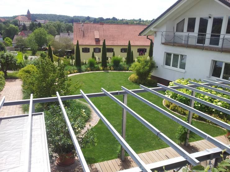 modern grass garden 根據 Planungsbüro STEFAN LAPORT 現代風