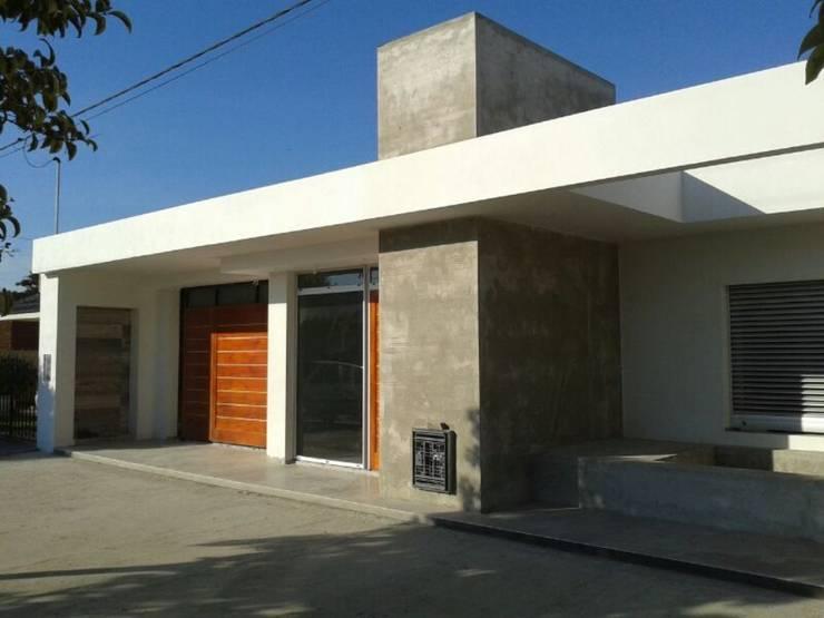 REFORMA FACHADA C|R:  de estilo  por Group Arquitectura Online,
