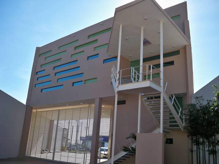 trabajos: Casas de estilo  por Obras y reformas de vivienda,proyectos de arquitectura en Tabasco.
