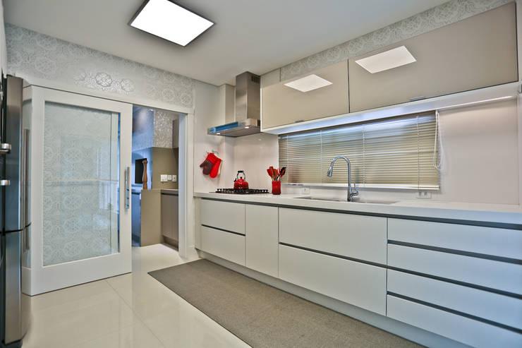 Apartamento: Cozinhas  por Spengler Decor,