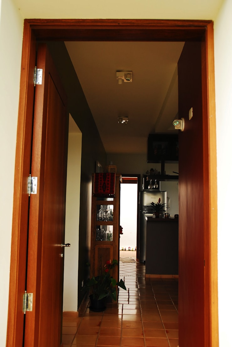 Corridor & hallway by Mônica Mellone Arquitetura, Eclectic