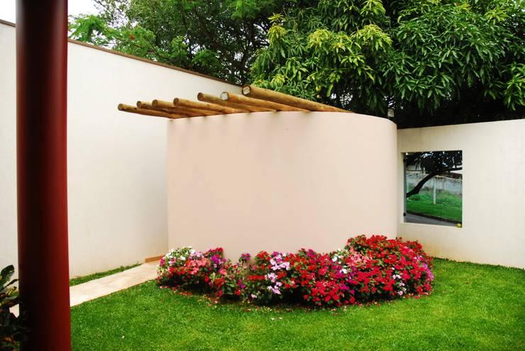 Residência Condomínio Cafezal: Jardins ecléticos por Mônica Mellone Arquitetura