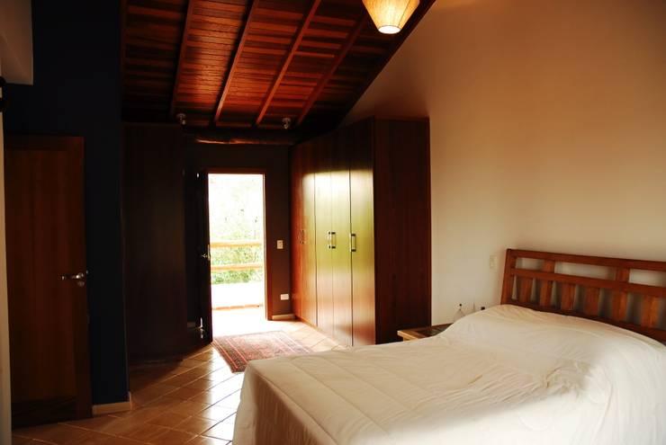 ห้องนอน by Mônica Mellone Arquitetura