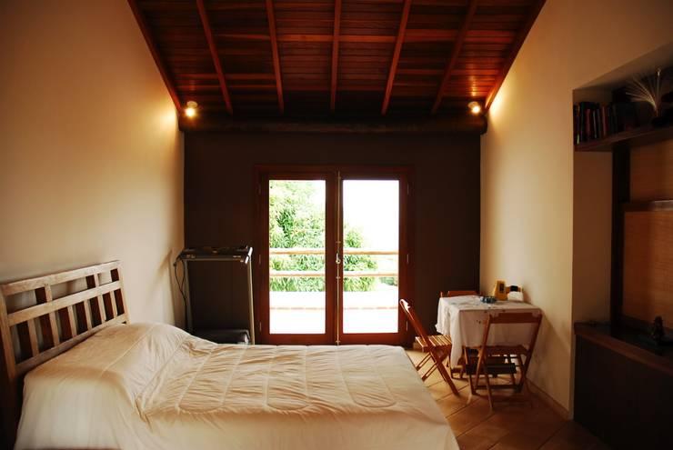 Dormitorios de estilo  por Mônica Mellone Arquitetura