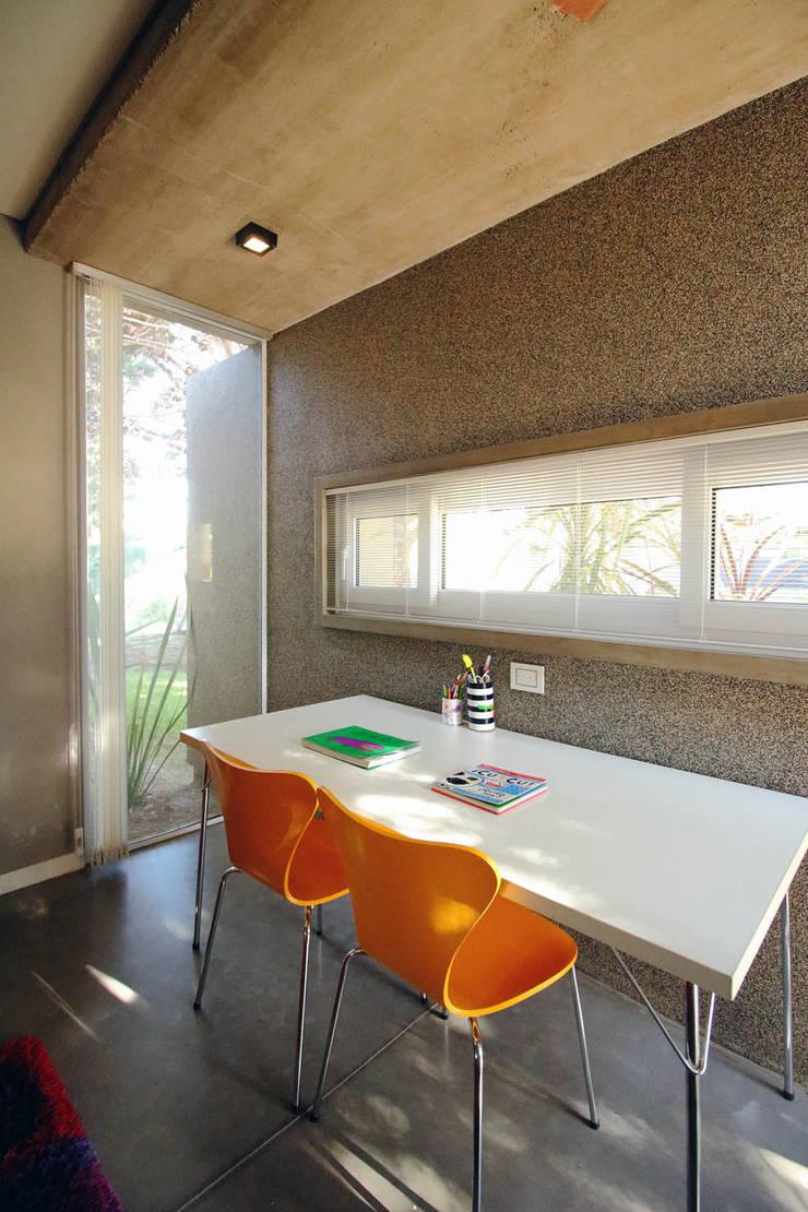 Casa Storni: Dormitorios infantiles de estilo  por Queixalós.Trull Arquitectos