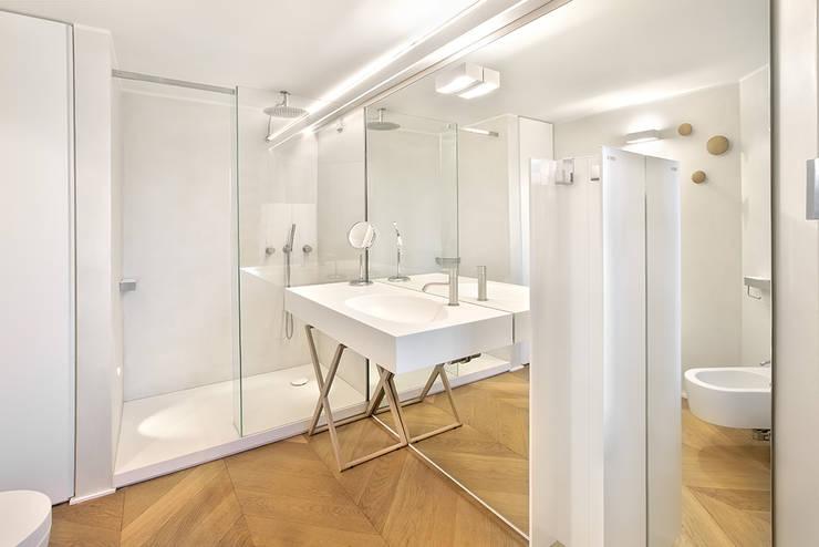 appartamento B: Bagno in stile  di Diana Lapin