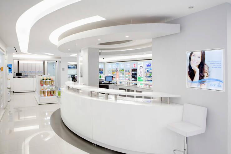 Dermaforum: Estudios y oficinas de estilo  por usoarquitectura