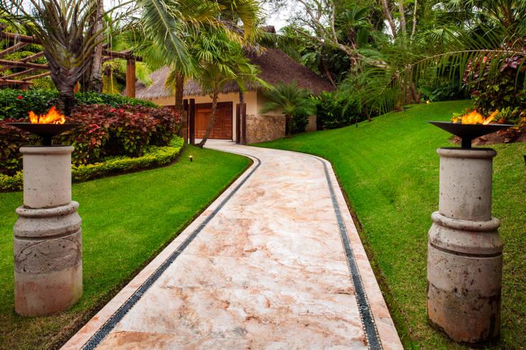R 12: Jardines de estilo  por BR  ARQUITECTOS