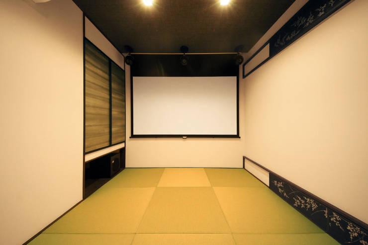 シアタールームも兼ねる和室: TERAJIMA ARCHITECTSが手掛けた和室です。