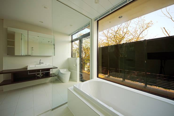 ガラス張りのバスルーム: TERAJIMA ARCHITECTSが手掛けた浴室です。