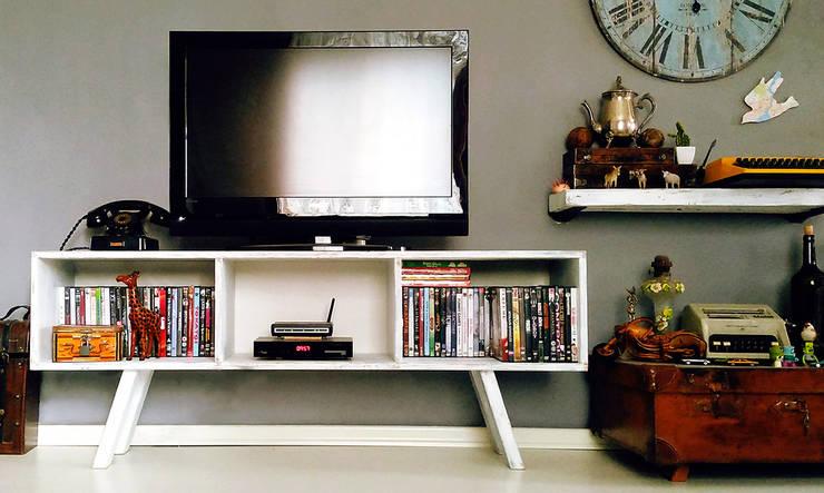 Pons Home Design – Eskitme Tv Sehpası: kırsal tarz tarz Oturma Odası