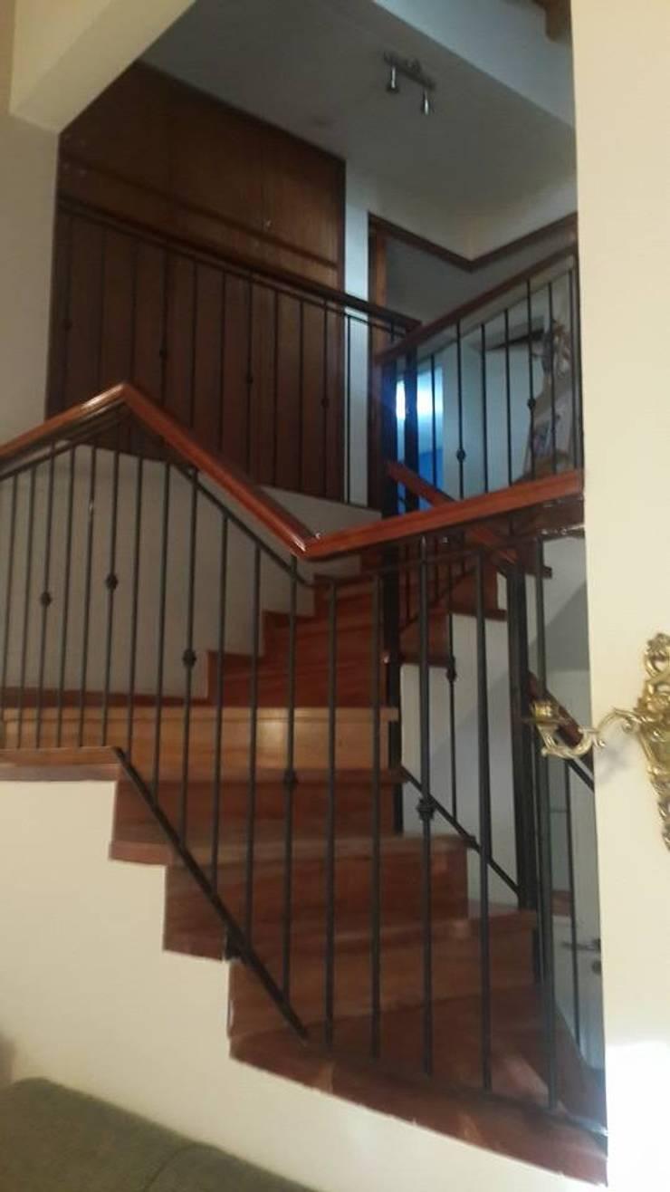 Excepcional casa : Pasillos y recibidores de estilo  por Grupo Walls bienes raices