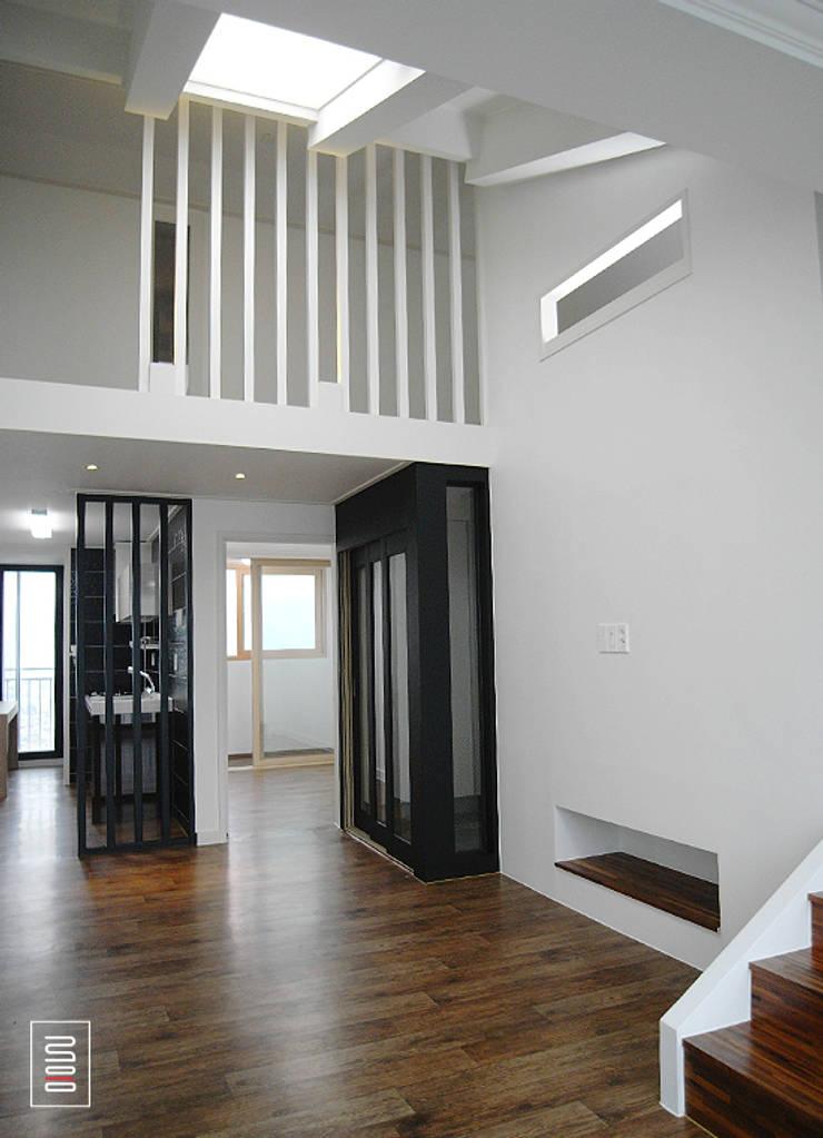 Corridor & hallway by 로움 건축과 디자인