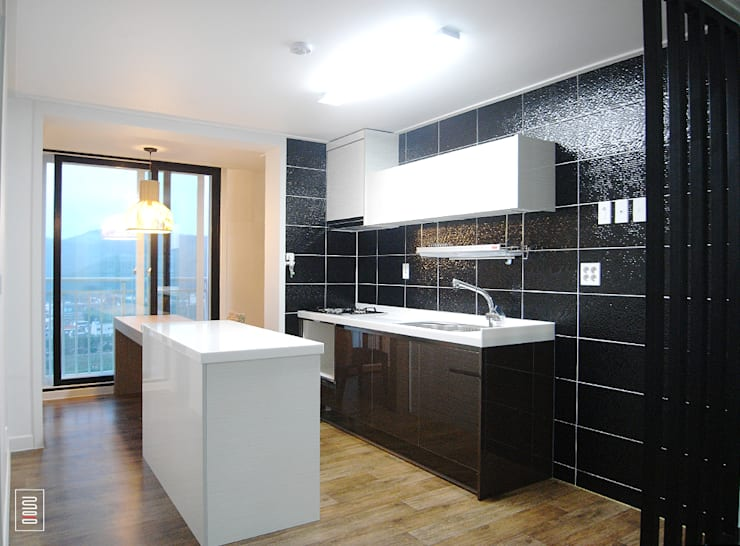 Kitchen by 로움 건축과 디자인