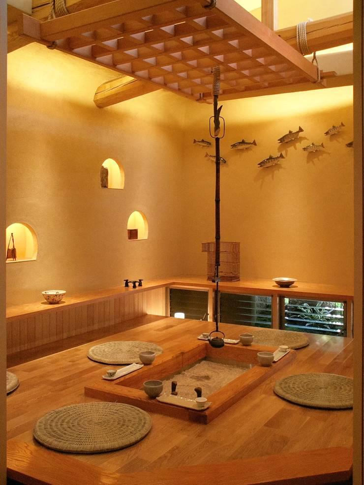囲炉裏の間: アンドウ設計事務所が手掛けた和室です。
