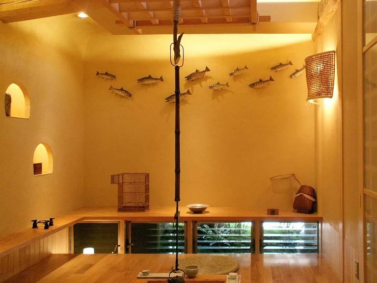 囲炉裏のある家: アンドウ設計事務所が手掛けた和室です。