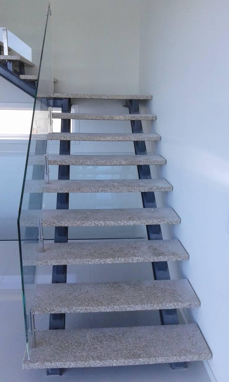 Escadaria em Granito Amarelo Real Polido: Espaços de restauração  por BELGRAN, LDA