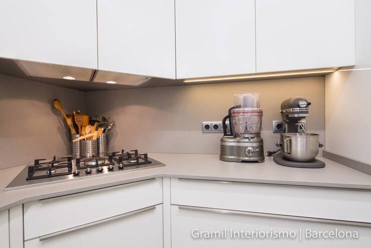 Una cocina para una amante de la repostería: Cocinas de estilo moderno de Gramil Interiorismo II