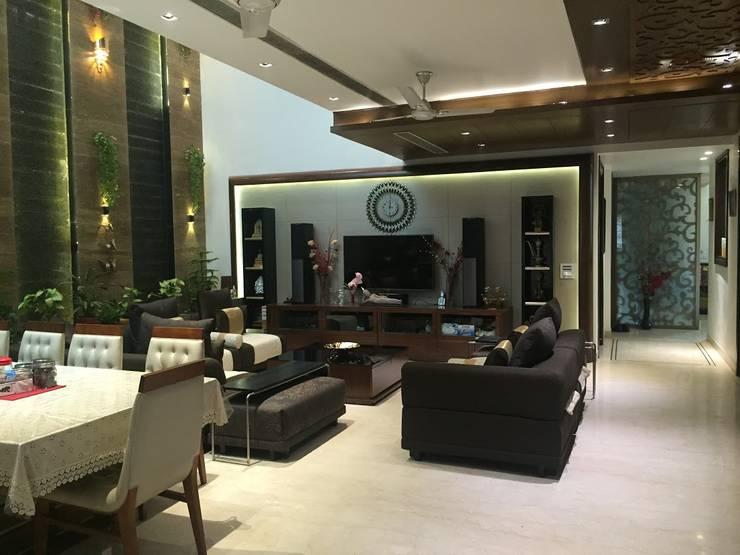 Bansal Residence:  Living room by Studio Ezube