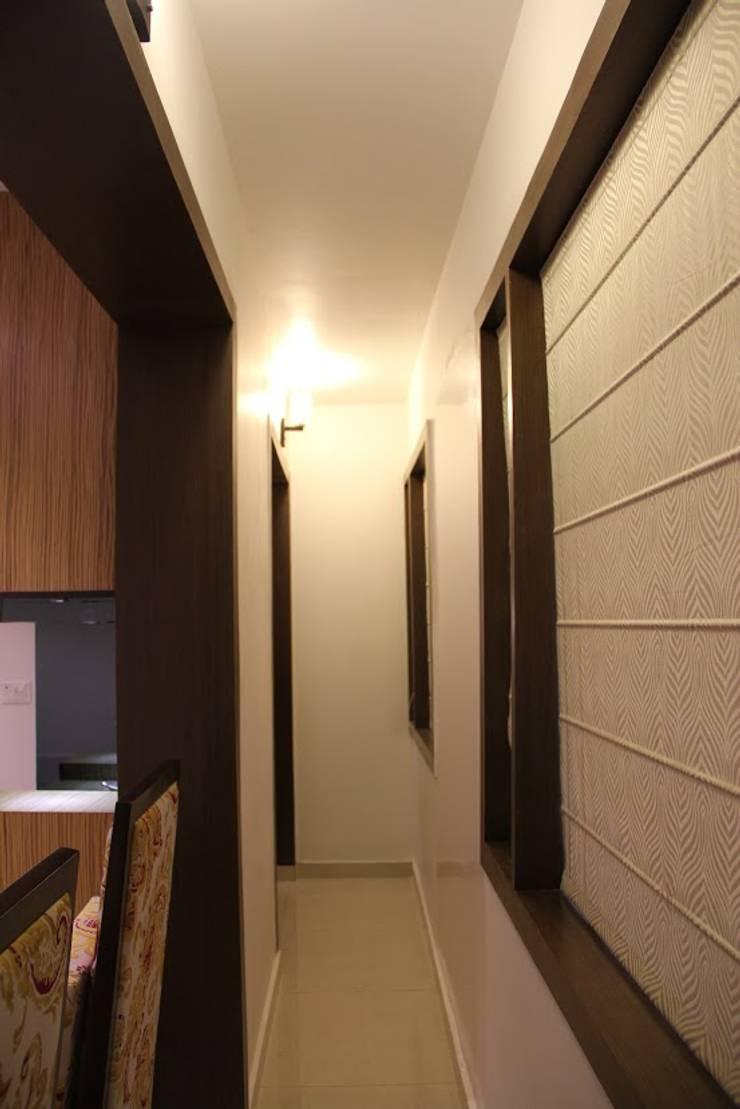 Chand Residence:  Corridor & hallway by Studio Ezube