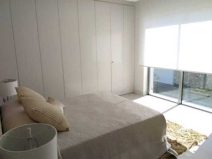 Vivienda Unifamiliar en Colinas Golf, promovida por Marjal: Dormitorios de estilo  de GESTIÓN TÉCNICA DE PROYECTOS PROYECTOS Y OBRAS, SL.
