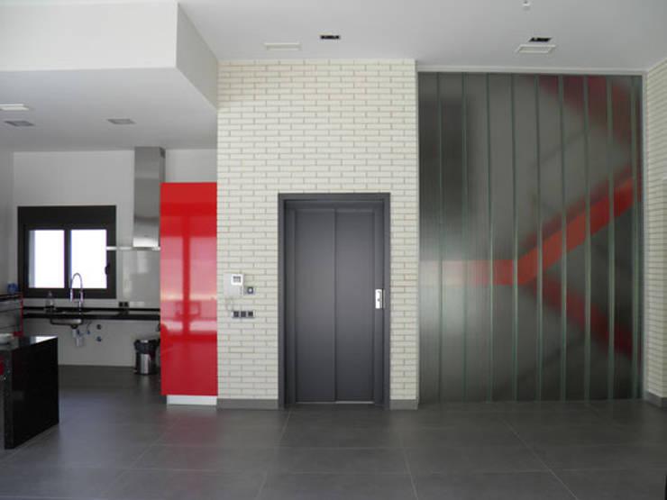 Коридор и прихожая в . Автор – Rodrigo Pérez, Estudio de Arquitectura.