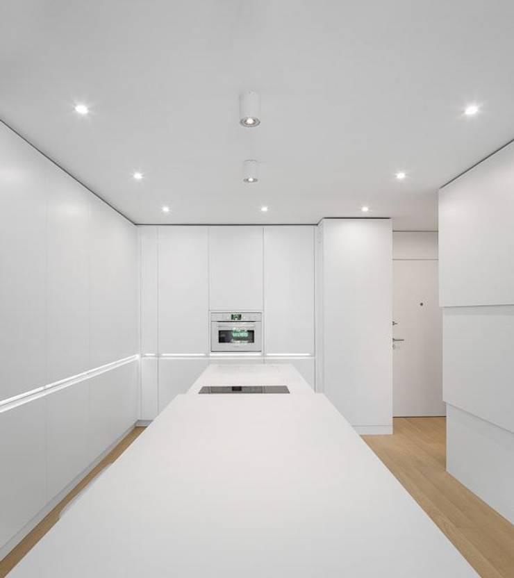 Apartamento Lisboa: Cozinhas  por Ana Maria Timóteo _ arquitecta