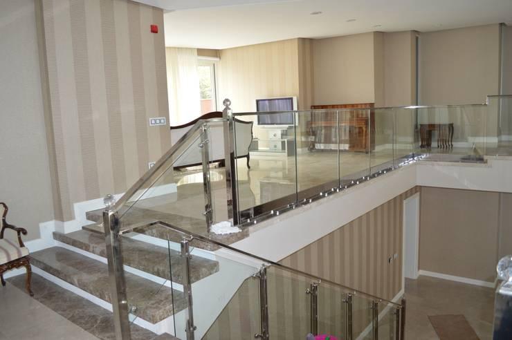 DEKODİZAYN pirinç mob. dek. ltd. şti. –  CAMLI KORKULUK: modern tarz Koridor, Hol & Merdivenler