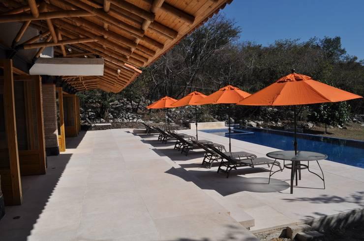 Casa de retiro Laguancha: Albercas de estilo  por José Vigil Arquitectos