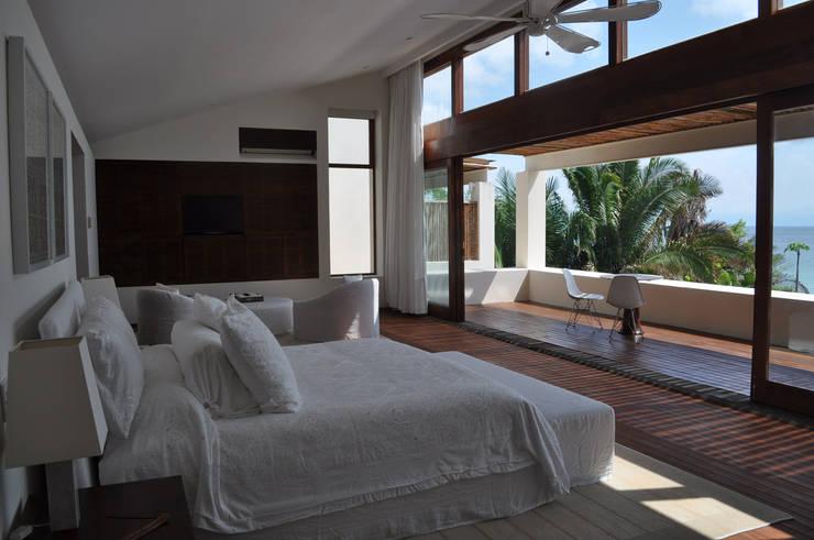 Casa Lunamar: Recámaras de estilo  por José Vigil Arquitectos