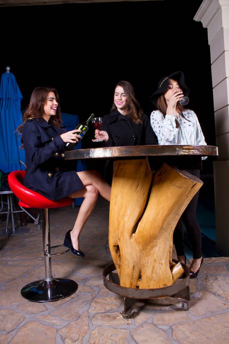 Periquera de tronco: Hogar de estilo  por Oscar Leon/ Arte Renovable & Muebles