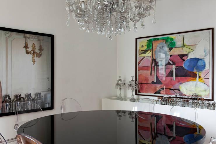 Modern dining room by DIEGO REVOLLO ARQUITETURA S/S LTDA. Modern