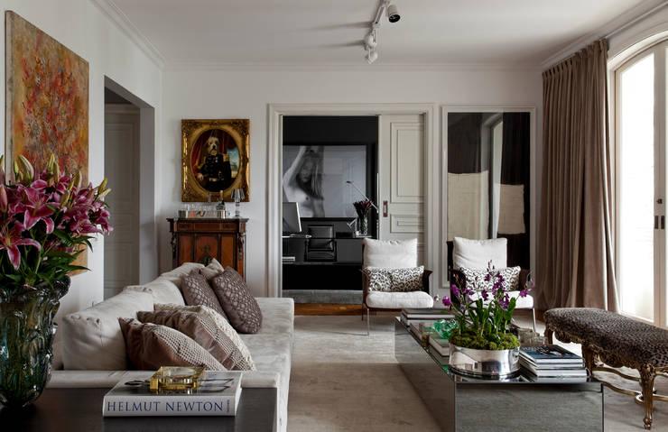 Stylist Apartment: Salas de estar modernas por DIEGO REVOLLO ARQUITETURA S/S LTDA.